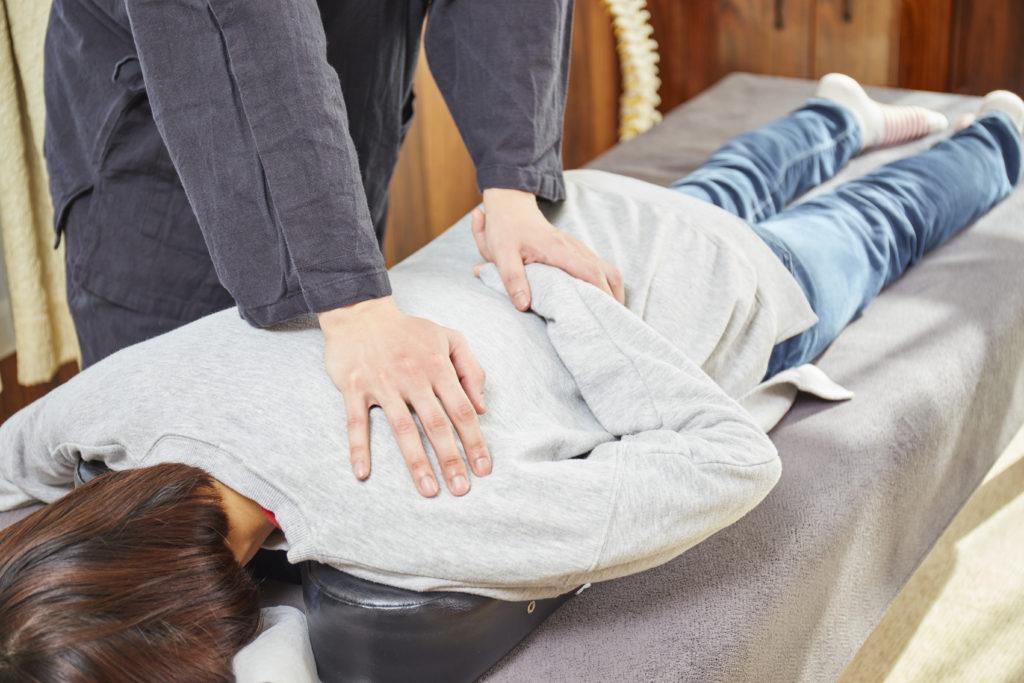 肩甲骨の筋肉を調整します